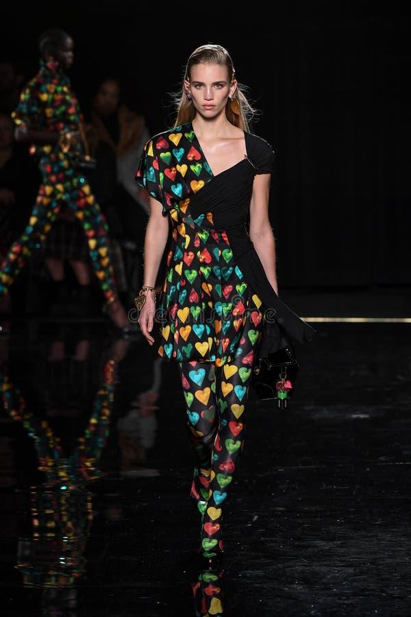 Ребекка Leigh Longendyke идет взлетно-посадочная дорожка на собрание Пре-падения 2019 Versace стоковая фотография rf