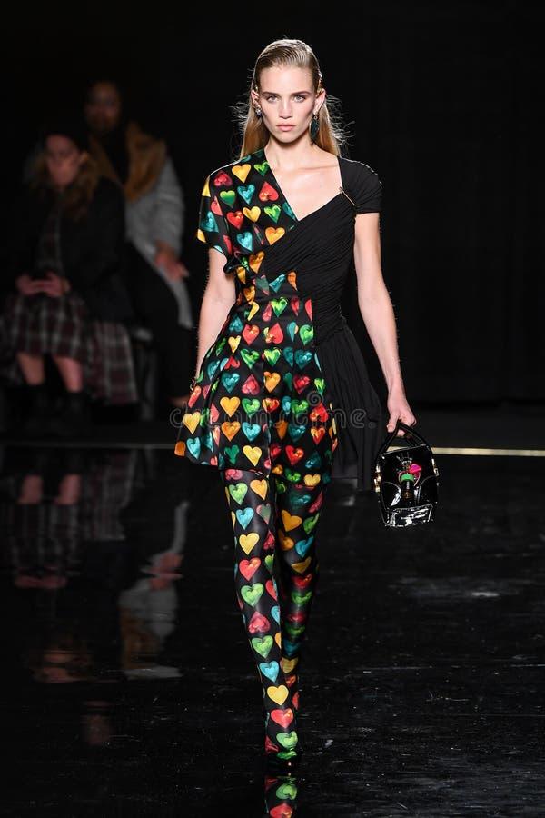 Ребекка Leigh Longendyke идет взлетно-посадочная дорожка на собрание Пре-падения 2019 Versace стоковое изображение