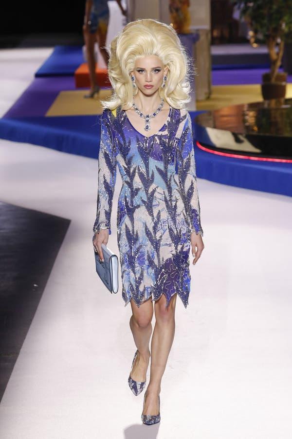 Ребекка Leigh Longendyke идет взлетно-посадочная дорожка на шоу Moschino на осени недели моды Милана/зиме 2019/20 стоковые изображения