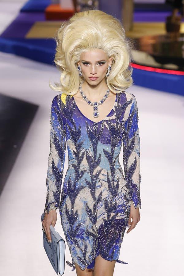 Ребекка Leigh Longendyke идет взлетно-посадочная дорожка на шоу Moschino на осени недели моды Милана/зиме 2019/20 стоковое фото rf