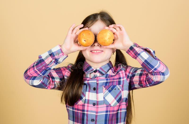 Ребенк влюбленн в булочки Преследованный с домодельной едой Питание и калория диеты здоровые Yummy булочки милая девушка стоковое фото rf