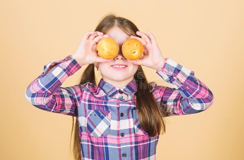 Ребенк влюбленн в булочки Преследованный с домодельной едой Питание и калория диеты здоровые Yummy булочки o стоковые фото