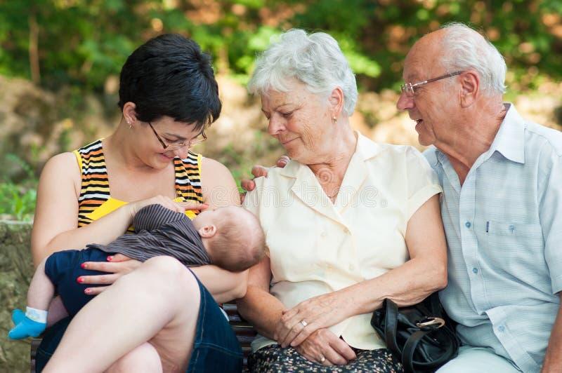 Ребенк всасывая грудь стоковое фото rf