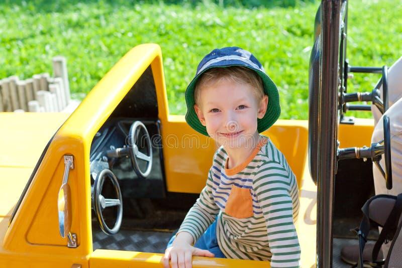 Ребенк в парке атракционов стоковое изображение