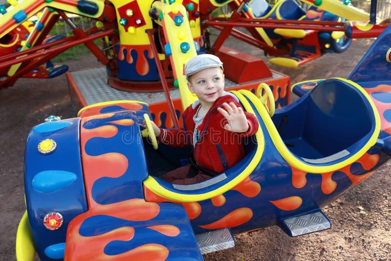 Ребенк в плоскости на carousel стоковое фото