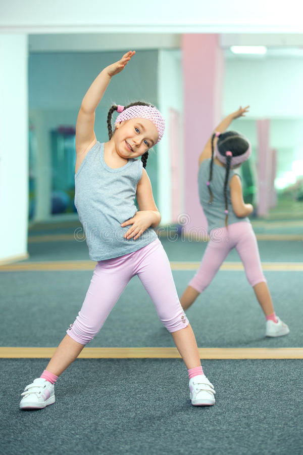 Ребенк делая тренировки фитнеса стоковое изображение rf