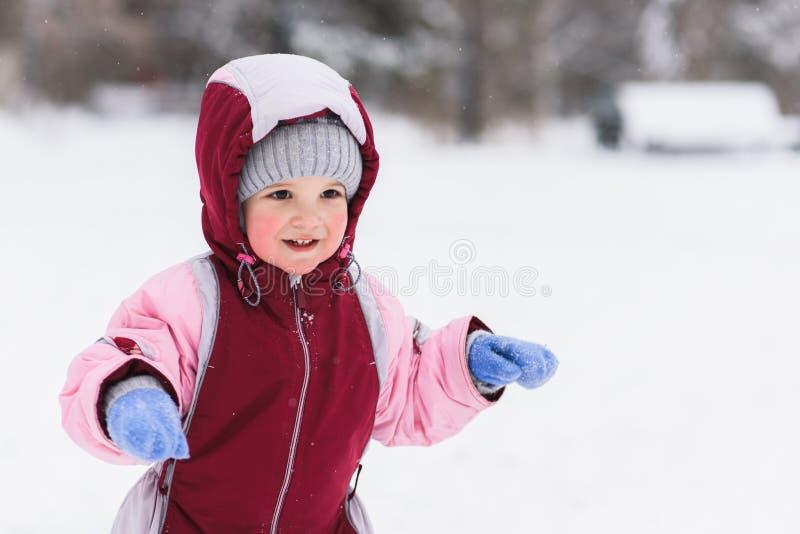 Ребенк играя в парке в зиме стоковая фотография