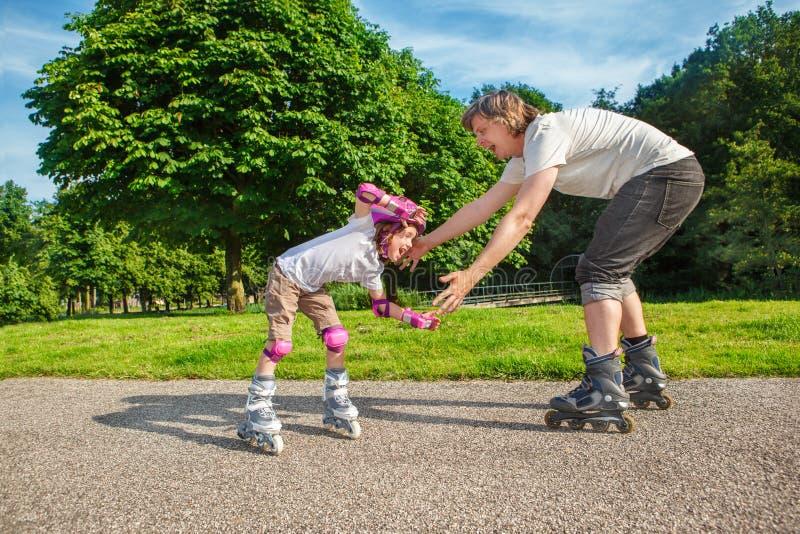 Ребенк изучая кататься на коньках ролика стоковые изображения