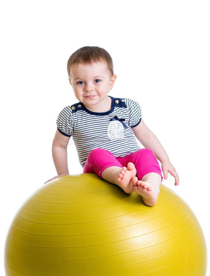 Ребенк имея потеху при гимнастический изолированный шарик стоковое фото rf