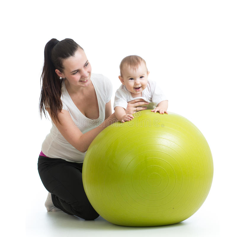 Ребенк и мать при изолированный шарик фитнеса стоковая фотография rf