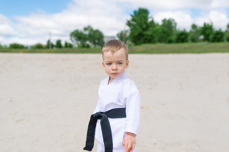 Ребенк карате - портрет мальчика в кимоно стоковое изображение rf
