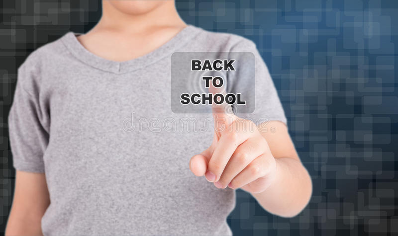 Ребенк касаясь НАЗАД К кнопке ШКОЛЫ стоковое изображение rf