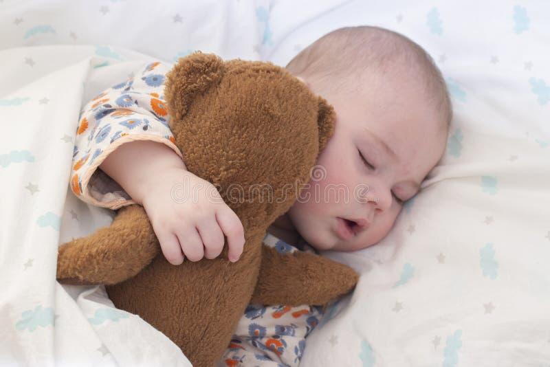 Ребенк младенца полгода спит с плюшевым мишкой Портрет милого спать младенца, пухлых губ, носа оскорбления фокус конца-вверх мягк стоковое изображение