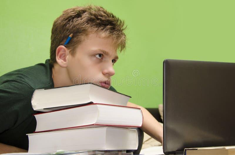 Ребенк много домашней работы стоковое изображение rf