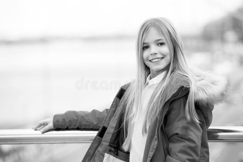 Ребенк наслаждается днем осени на запачканном реке города стоковое фото rf