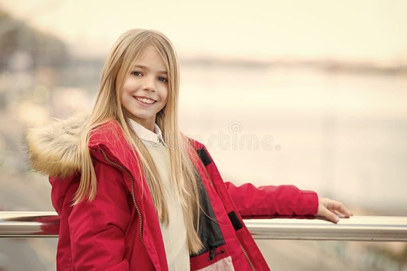Ребенк наслаждается днем осени на запачканном реке города стоковые изображения