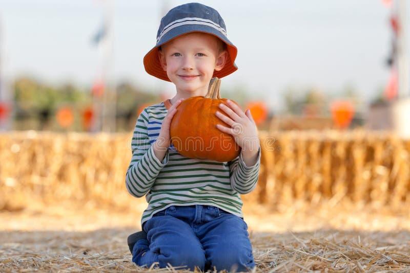 Ребенк на заплате тыквы стоковая фотография rf