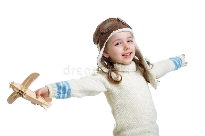 Ребенк одетый как пилот и играть с деревянным isolat игрушки самолета воздуха стоковое фото rf