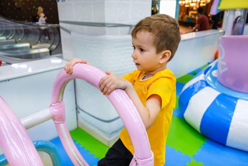 Ребенк потехи ребенка carousel мальчика Счастье стоковая фотография
