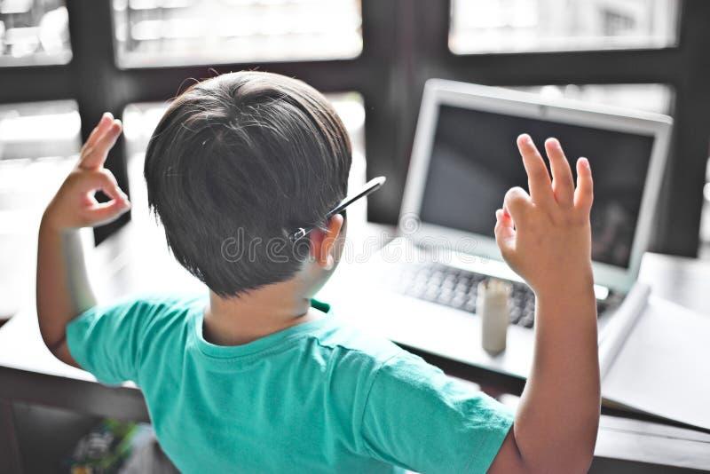 Ребенк размышляя на столе работы стоковая фотография rf