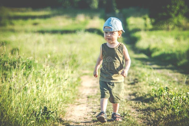 Ребенк самостоятельно, грязная капризная сторона стоковое изображение rf
