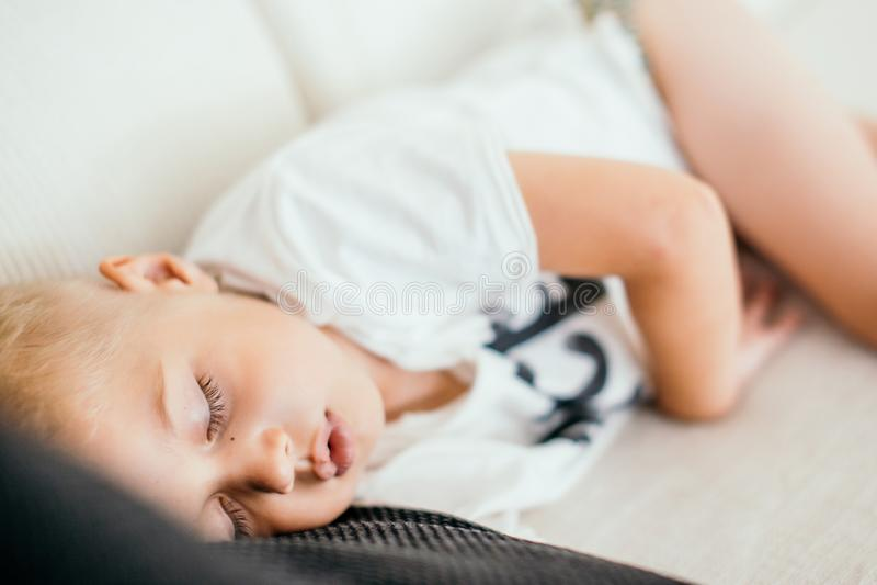 Ребенк спать на софе стоковая фотография rf
