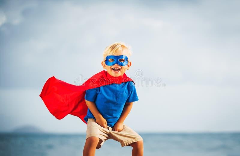 Ребенк супергероя с летанием маски стоковые изображения