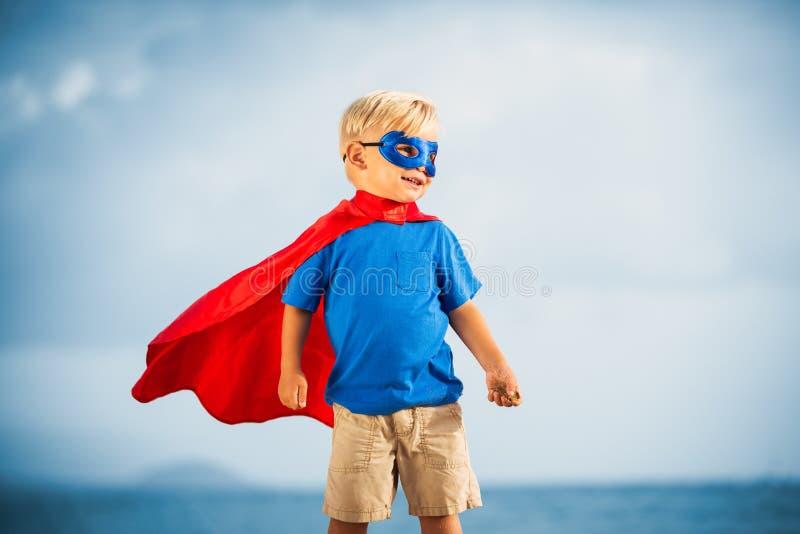 Ребенк супергероя с летанием маски стоковое изображение rf