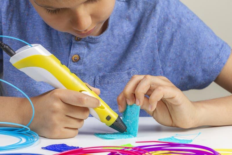 Ребенк с ручкой печатания 3d создавая новый деталь стоковые фотографии rf