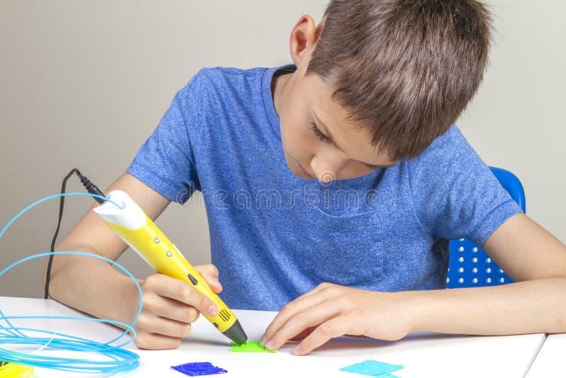 Ребенк с ручкой печатания 3d создавая новый деталь стоковое изображение rf