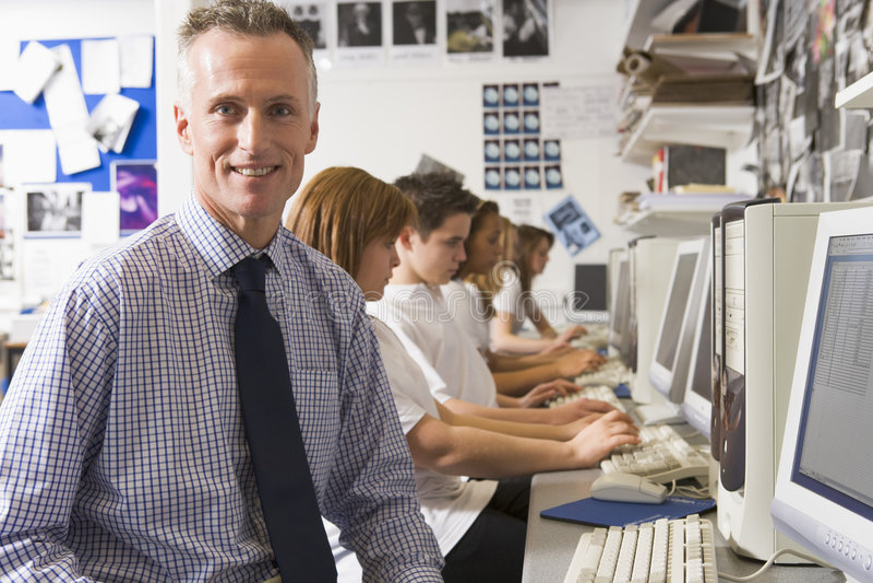 ребенокы школьного возраста компьютеров изучая учителя стоковые изображения rf