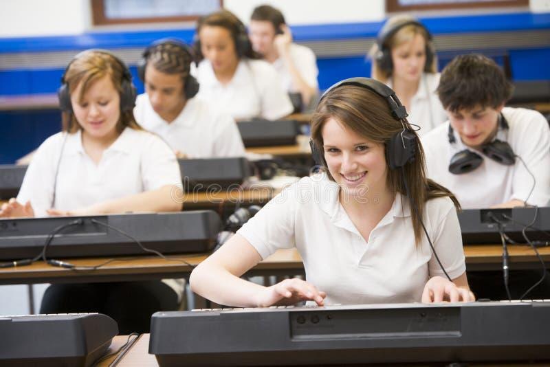 ребенокы школьного возраста нот клавиатуры типа практикуя стоковое фото rf