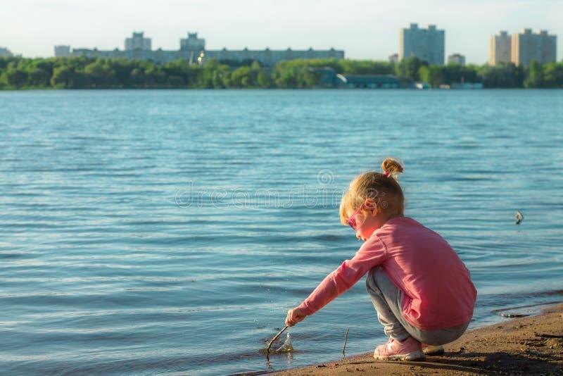 Ребенок бежит на побережье в песке стоковое фото