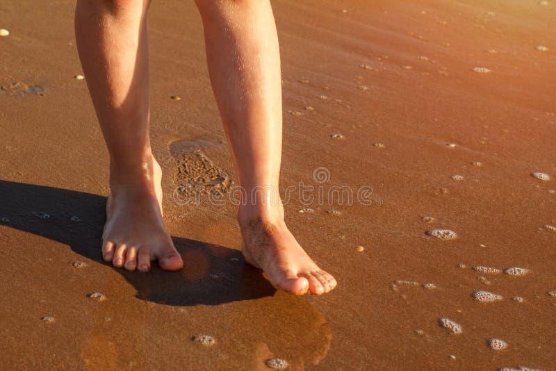 Ребенок бежит на прибое на пляже в воде стоковые изображения rf