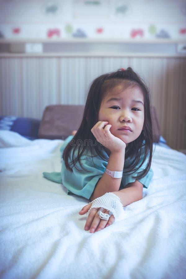 Ребенок болезни азиатский впущенный в больницу Винтажный тон Здоровье c стоковые фото