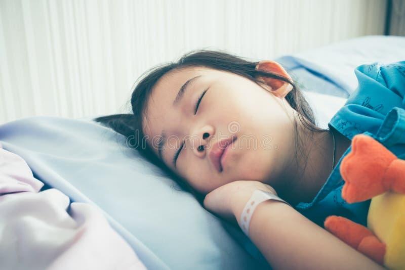 Ребенок болезни азиатский впущенный в больницу Винтажный фильтр фильма ef стоковая фотография rf