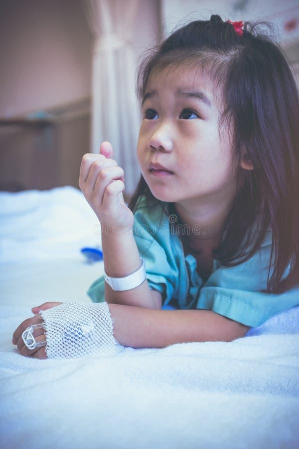 Ребенок болезни азиатский впущенный в больницу Рассказы здравоохранения V стоковое изображение