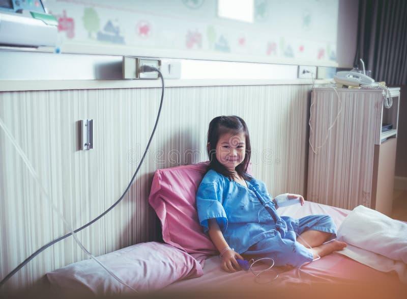Ребенок болезни азиатский впущенный с соляным iv капает в наличии Vinta стоковая фотография