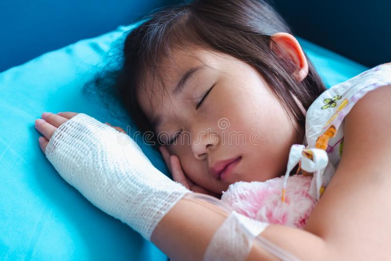 Ребенок болезни азиатский допустил в больнице с соляное внутривенным в наличии стоковая фотография rf