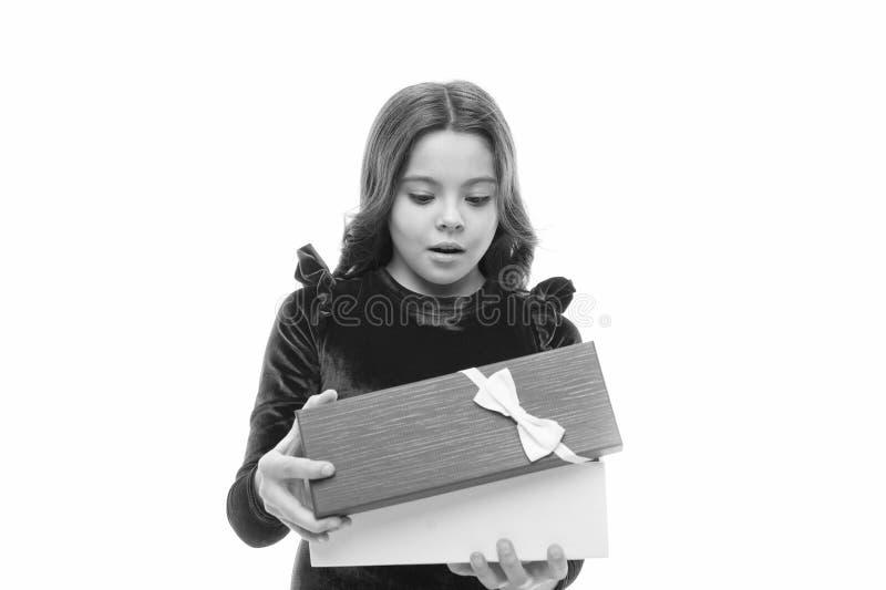 Ребенок возбужденный о распаковывать ее подарок Небольшая милая девушка получила праздничный подарок Что внутренне Самые лучшие и стоковая фотография
