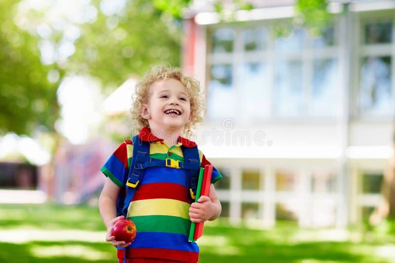 Ребенок возвращается в школу, начинается год стоковые изображения rf
