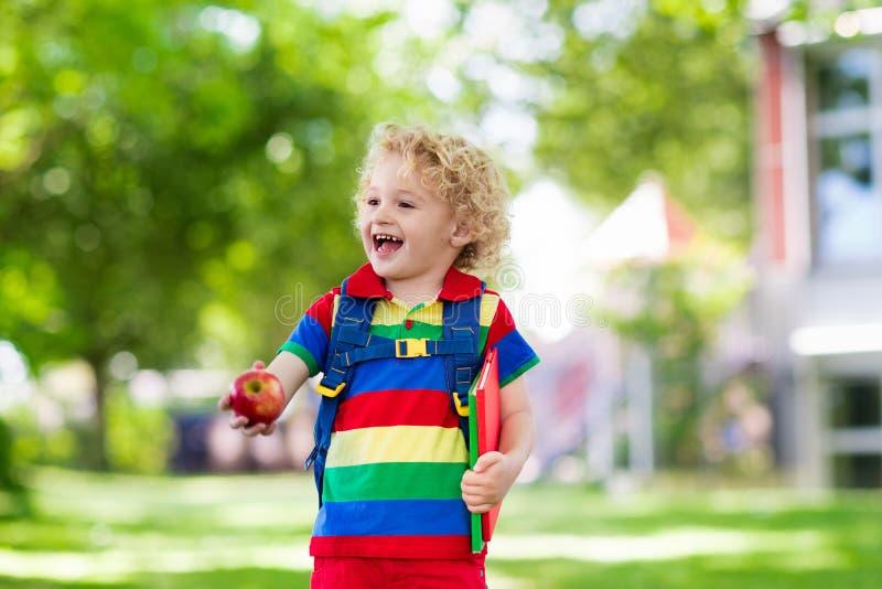 Ребенок возвращается в школу, начинается год стоковая фотография rf
