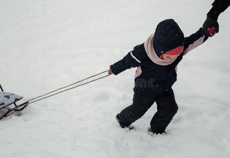 Ребенок волочит сани стоковое изображение