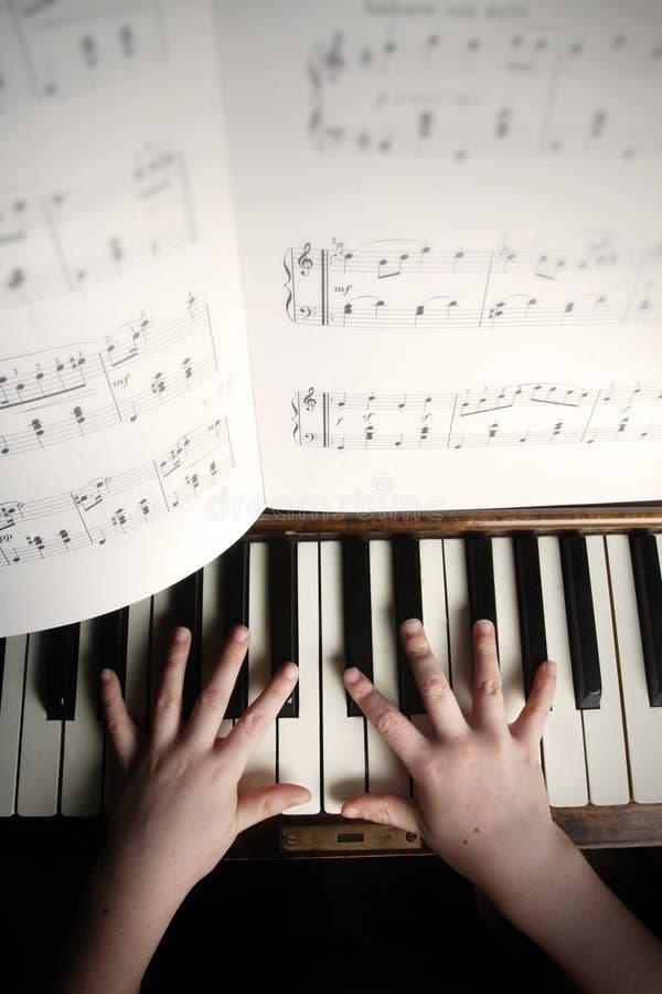 ребенок вручает старый рояль играя s стоковые фотографии rf