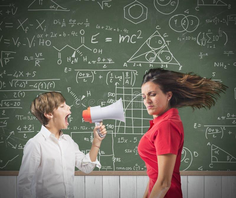 Ребенок выкрикивает на ее учителе стоковое изображение