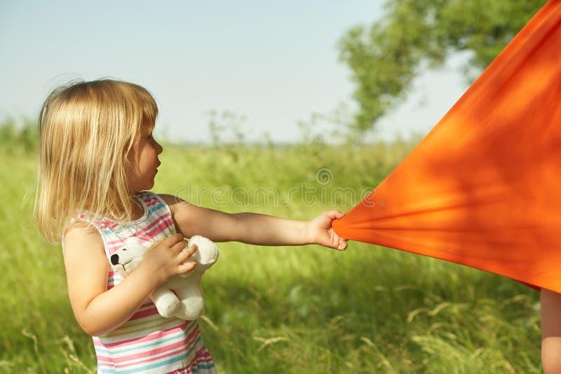 Ребенок вытягивает платье для ее матери стоковые фотографии rf