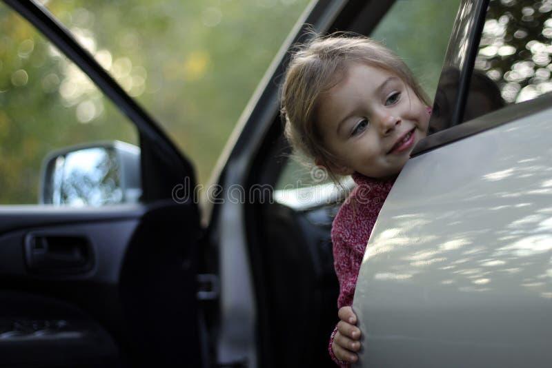 Ребенок в автомобиле стоковое изображение