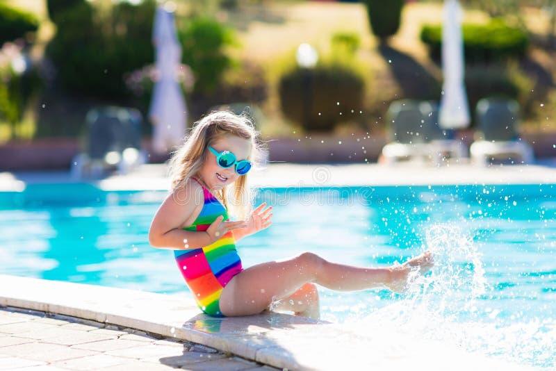 Ребенок в бассейне на летних каникулах стоковое изображение