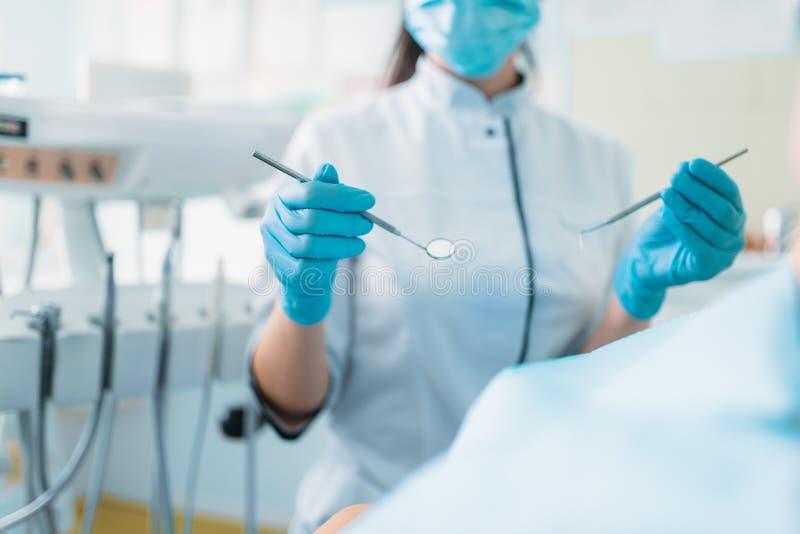 Ребенок в зубоврачебном стуле, педиатрическом зубоврачевании стоковые фото
