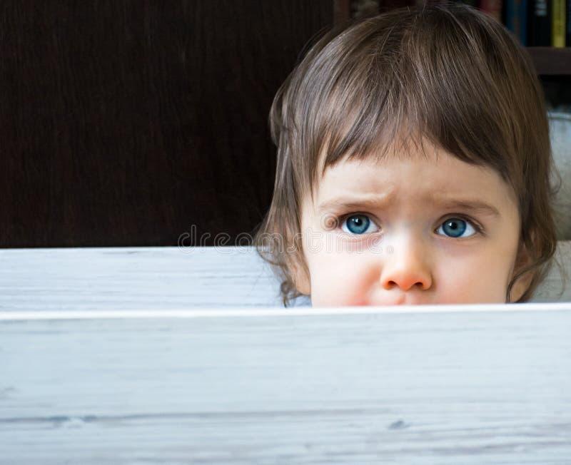 Ребенок в коробке стоковая фотография rf